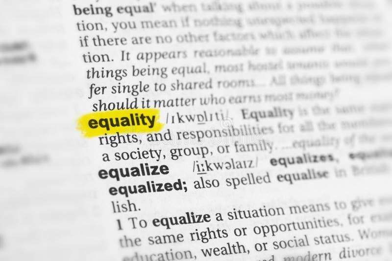 Podkreślający angielszczyzny słowo & x22; equality& x22; i swój definicja przy słownikiem zdjęcie royalty free