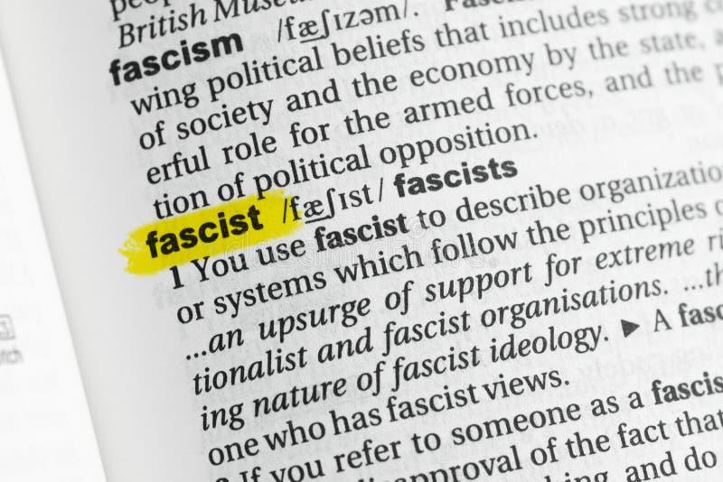 Podkreślający angielszczyzny słowo & x22; fascist& x22; i swój definicja przy słownikiem zdjęcia royalty free