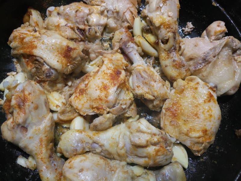 Podlewanie kurczaka kraszony smażyć zdjęcia royalty free