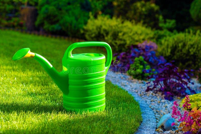 Podlewanie puszka w ogródzie zdjęcie stock