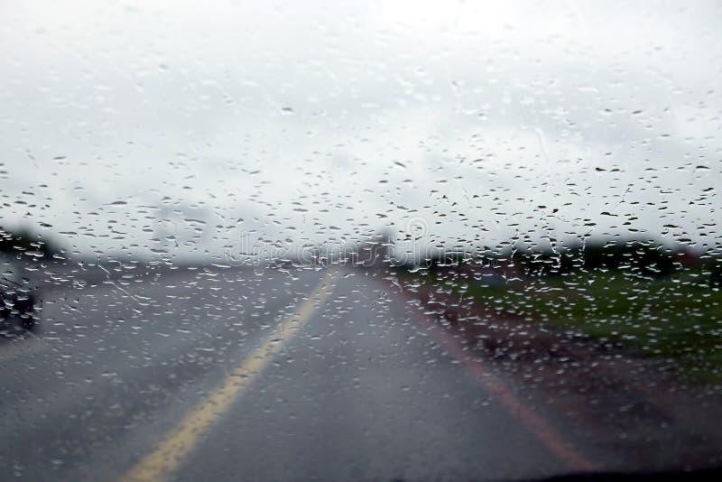 Podmiejska autostrada w deszczowym dniu Widok przez samochodowego okno zdjęcie royalty free