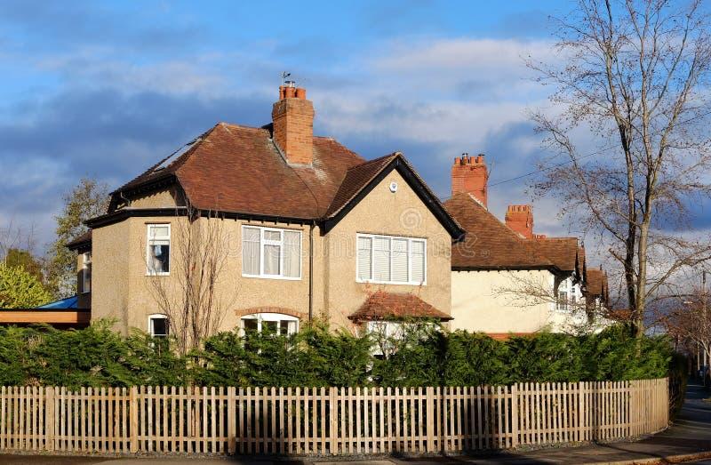 Podmiejski Oddzielny dom w Anglia zdjęcie royalty free