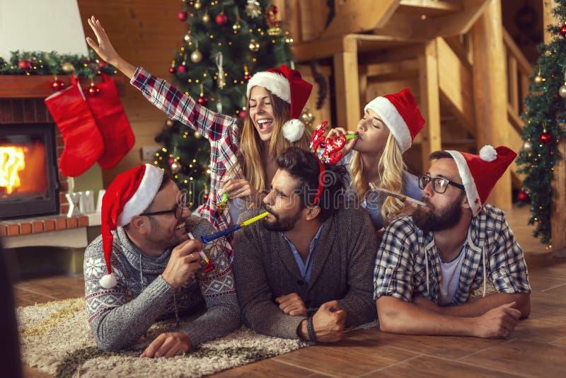 Podmuchowy przyjęcie gwizda na poranku bożonarodzeniowy zdjęcia stock