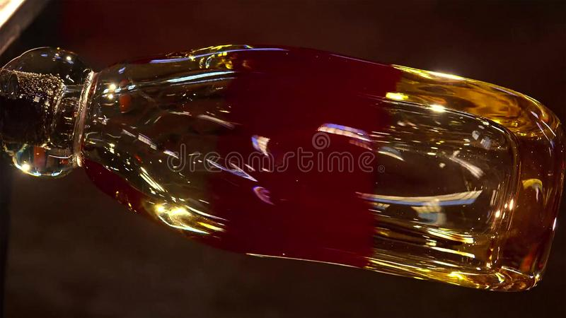 Podmuchowy szkło, Szklany piec, wizerunek fabryczna produkuje szklana filiżanka, szklany dmuchanie w fabryce zdjęcia stock