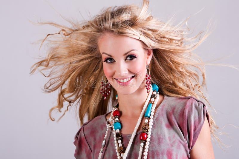 podmuchowy włosy odizolowywający wiatrowi kobiety potomstwa obraz stock