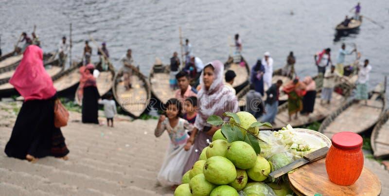Podniecający utrzymanie w ulicach Dhaka obraz stock