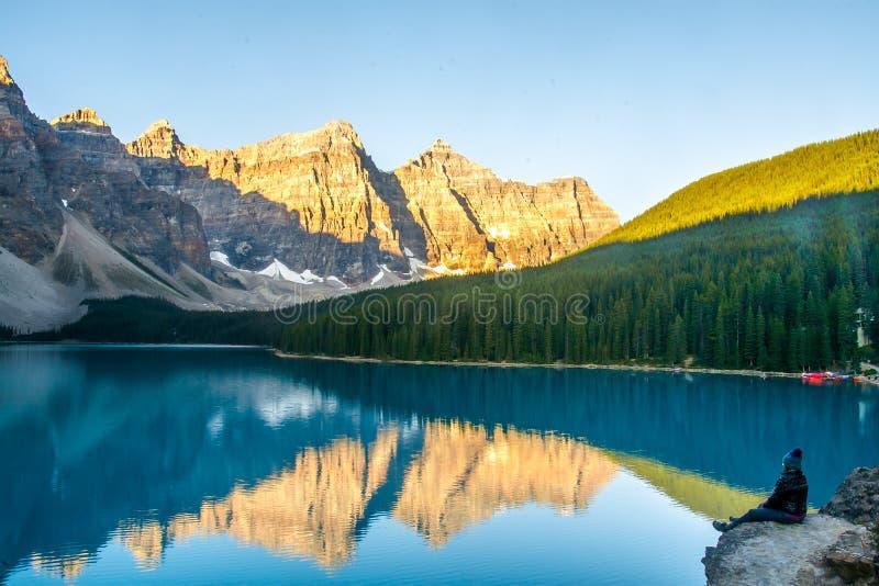 Podniecający widok Morena jezioro i pasmo górskie w Skalistych górach obrazy stock