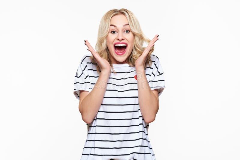 Podniecenie i zdumienie Atrakcyjna młoda kobieta krzyczy z radością, z oczami szczęście pełno, excited zdjęcia royalty free
