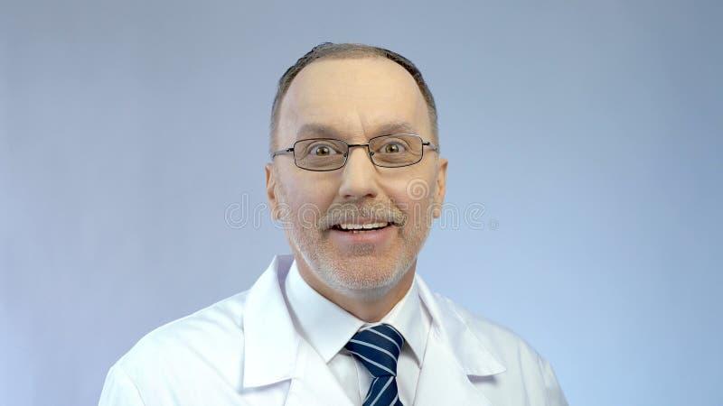 Podniecenie na szczęśliwej twarzy zaskakującej dobrą kariery sposobnością samiec lekarka zdjęcie stock
