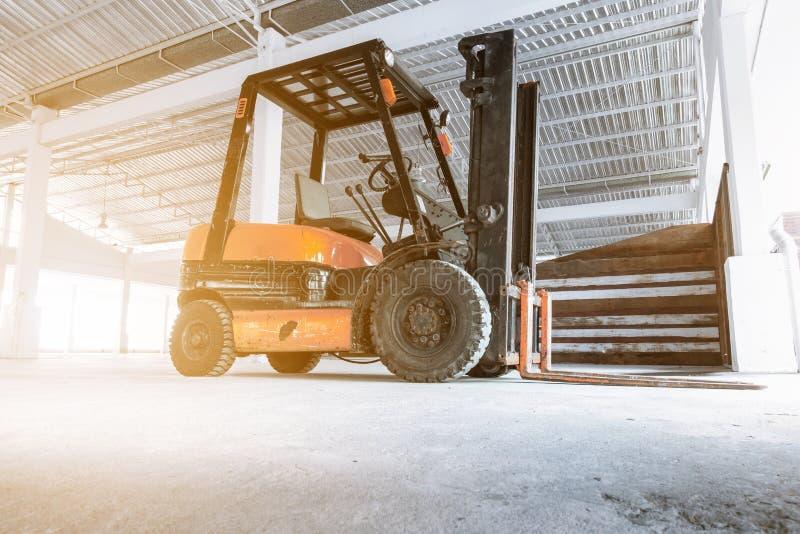 Podnośny ciężarowy forklift dla rękojeść materiałów w budowie fotografia stock