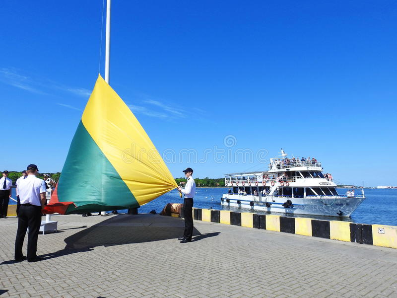 Podnosić Litewską flaga zdjęcia royalty free