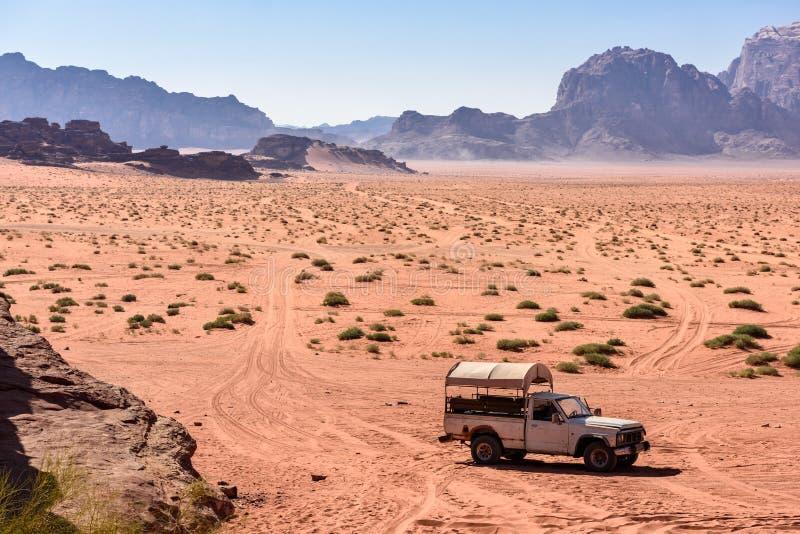 Podnosi up na pustynnej ścieżce w wadiego rumu, Jordania obrazy royalty free
