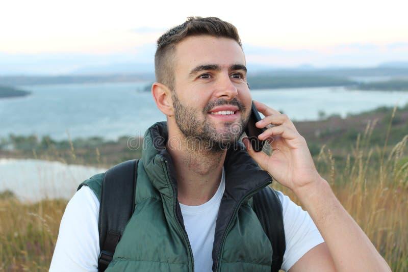 Podobny turystyczny dzwonić telefonu telefonem w górach z wspaniałym widokiem fotografia royalty free