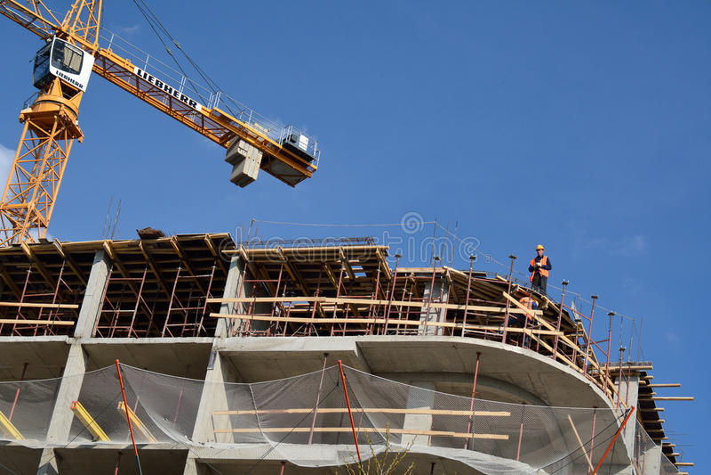 PODOLSK 28 04 2015 - Arbetare som gör förberedelser på construen arkivfoto