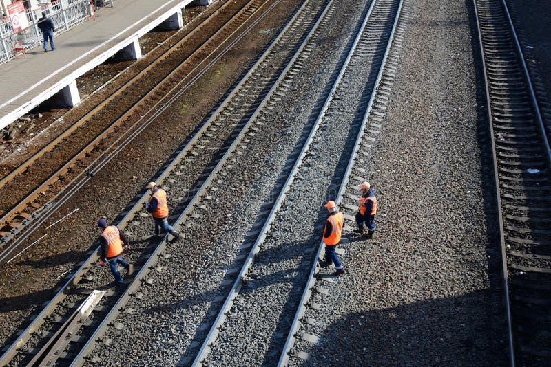 PODOLSK, FEDERACIÓN RUSA - ABRIL, 13, 20015: trabajadores ferroviarios foto de archivo