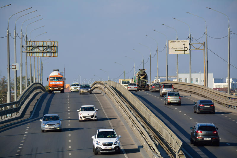 PODOLSK/RUSSIAN ΟΜΟΣΠΟΝΔΙΑ - 5 ΟΚΤΩΒΡΊΟΥ 2015: γέφυρα με τη βαριά κυκλοφορία στοκ εικόνα