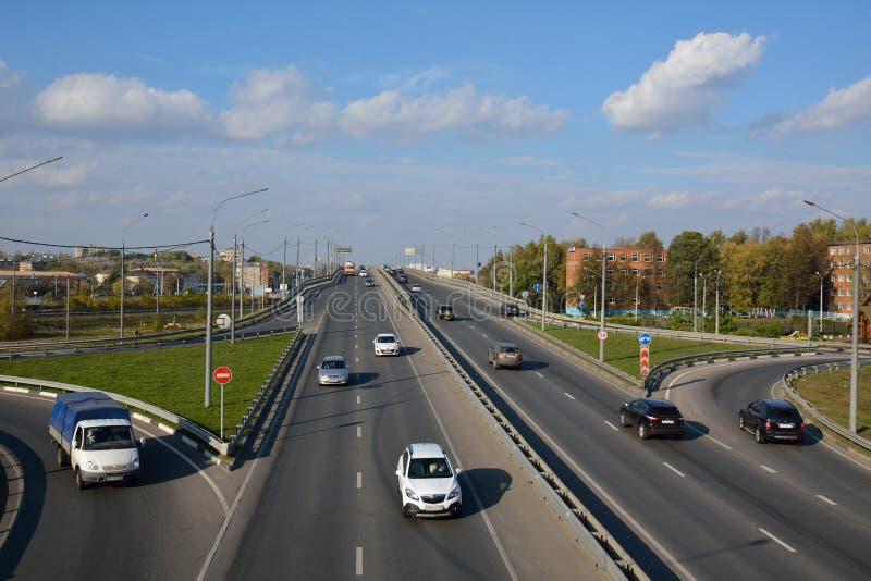PODOLSK-/RUSSIANvereinigung - 5. OKTOBER 2015: Stadtbild mit der Brücke stockbilder