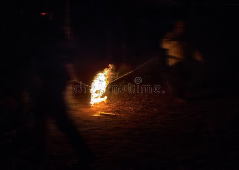 Podpala na ciosce przy nocą jako poganin i sataniczny rytuał zdjęcia stock