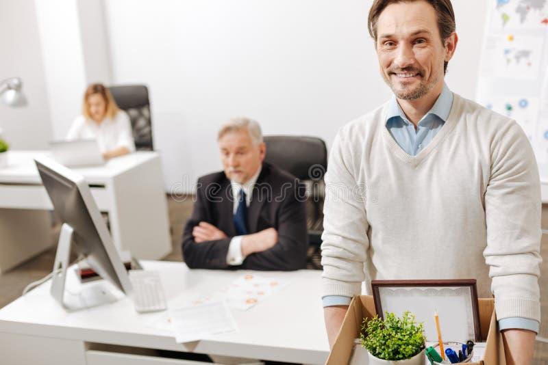 Podpalający pozytywny pracownik niesie pudełko i rezygnuje pracę zdjęcie stock