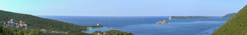 Podpalana Gertsegnovska wyspa Zanjic z monaster wyspą Mamula z fortem zdjęcie stock
