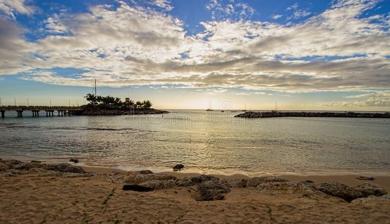 Podpalany widok od ustronnej i spokojnej plaży na Północno Zachodni wybrzeżu Barbados zdjęcia stock