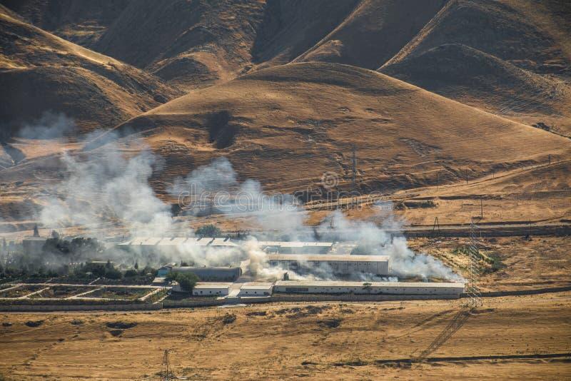 Podpalenie przemysłowy magazyn, duży dymnej chmury podesłanie z wiatrem Masywna szkoda na firma budynku ogarniających w akademiac obrazy stock