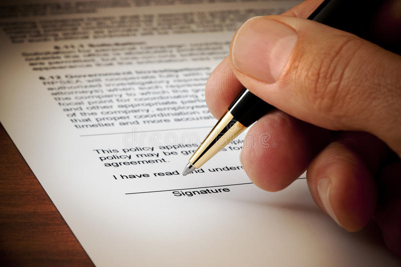 podpisujący dokumentu kontraktacyjny podpis fotografia stock