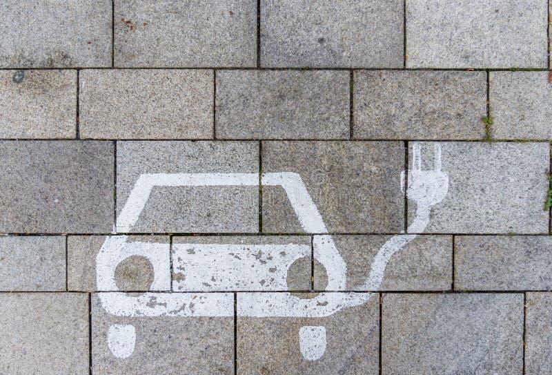 Podpisuje dla ładuje stacji na parking z betonowym brukiem zdjęcia stock