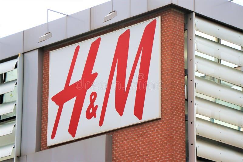 Podpisuje i gablota wystawowa s?awny odzie?y i bielizny gatunek ?H&M ? obraz stock