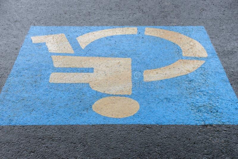 Podpisuje na asfaltowym parking dla niepełnosprawnego, w górę obrazy stock