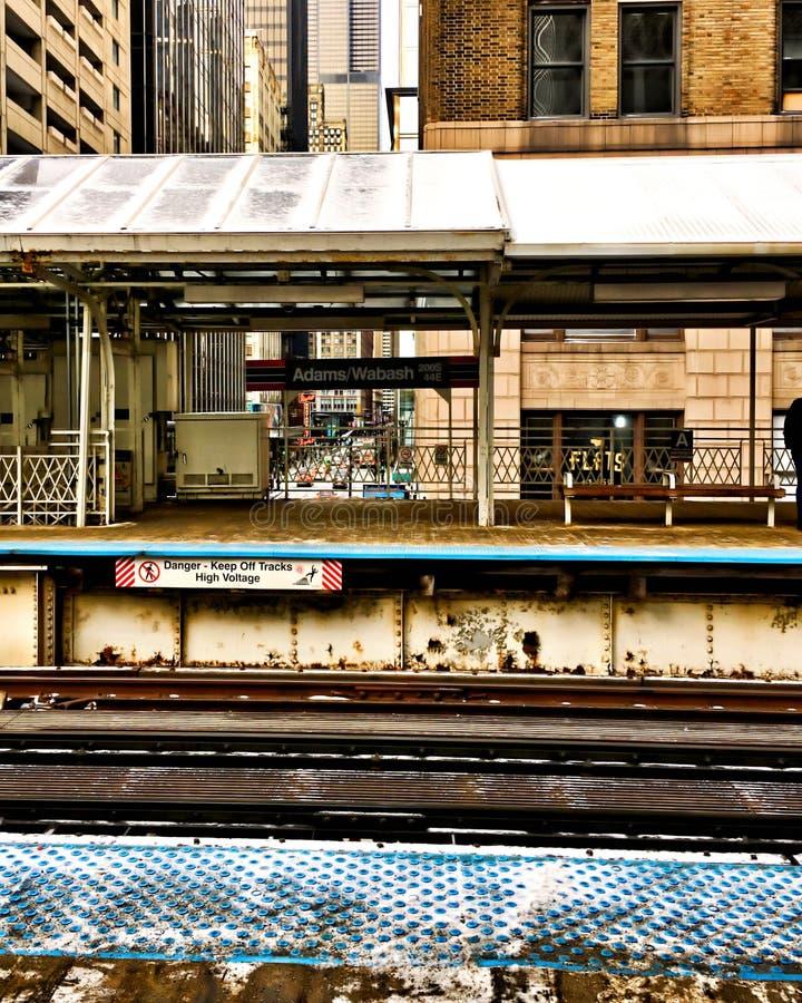 Podpisuje ` niebezpieczeństwo Wysoki woltażu ` na Chicago wynosił pociągu ślad w pętli który mówi utrzymanie Z śladów - zdjęcie royalty free