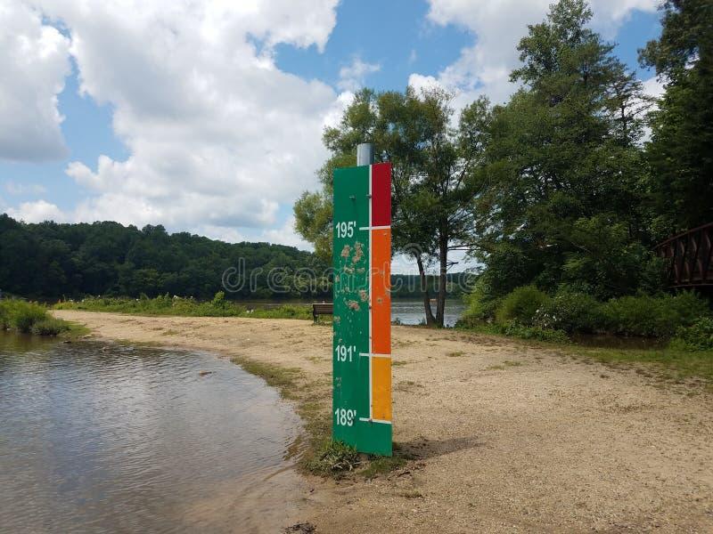 Podpisuje wewnątrz parkowych wskazywanie powodzi wzrosta poziomy fotografia stock