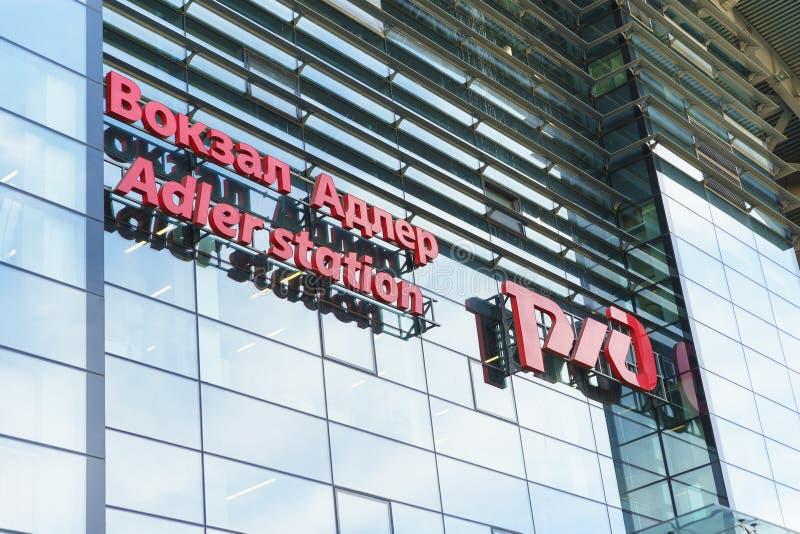 Podpisuje wewnątrz rosjanina i angielszczyzny na Północnej fasadzie nowy nowożytny budynek robić szkło i beton obrazy royalty free