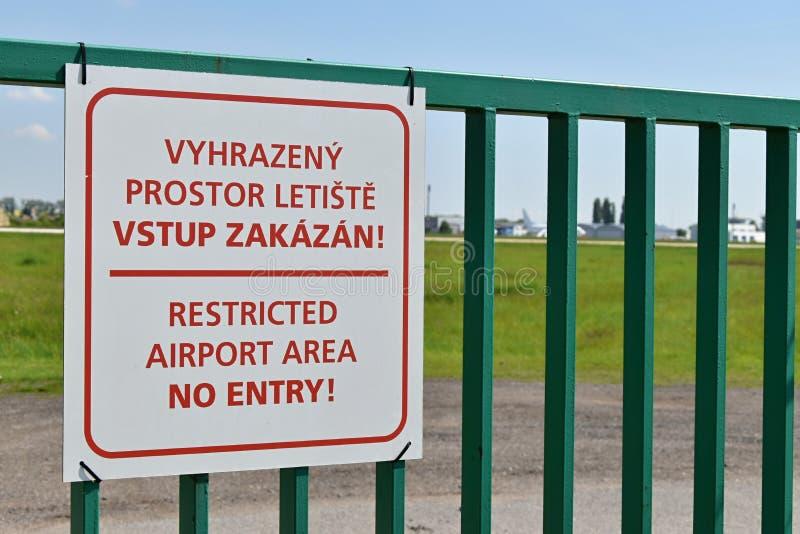 Podpisuje z imieniem na bramie, Ograniczony lotniskowy teren żadny wejście Brno republika czech obraz stock
