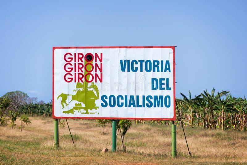 Podpisuje z teksta znaczeniem 'socjalizm 'zwycięstwo na drodze Playa Giron w Kuba, obrazy stock