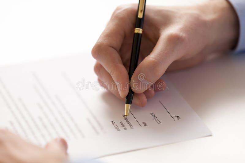 Podpisywać dokument pod biznesową kontraktacyjną zgodą przy fontanny piórem fotografia royalty free