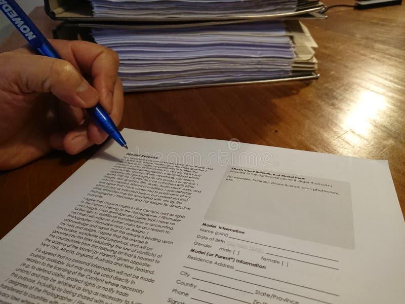Podpisywać wzorcową uwolnienie formę obraz royalty free