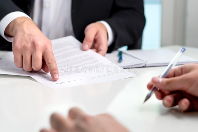 Podpisywać zgodę lub kontrakt zdjęcia stock