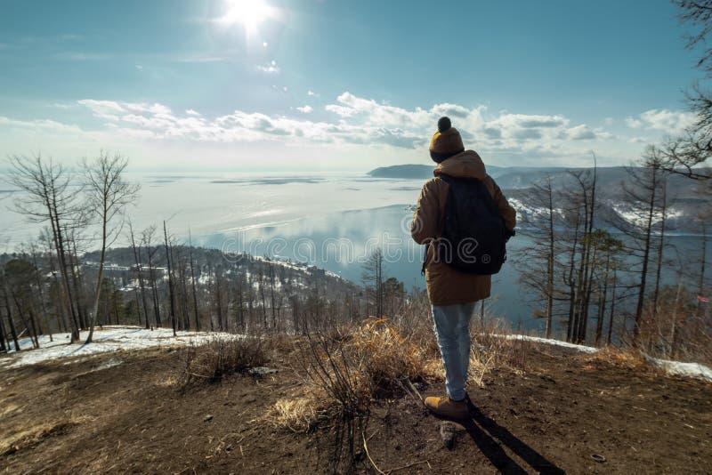 Podróżników stojaki na górze i spojrzenia przy pięknym widokiem jeziorny Baikal Styczeń 33c krajobrazu Rosji zima ural temperatur zdjęcia royalty free