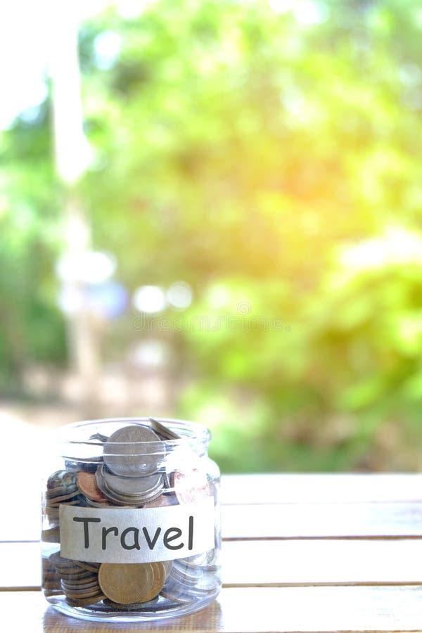 Podróż budżeta pojęcie Podróż pieniądze savings pojęcie Zbieracki pieniądze w moneybox dla podróży Pieniądze słój z monetami fotografia royalty free