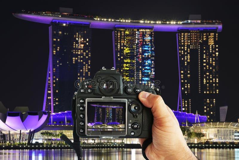 Podróż fotografa Marina zatoki mknący piaski hotelowi podczas nocy z fachową DSLR kamerą, Singapur, Październik 15, 2018 fotografia stock