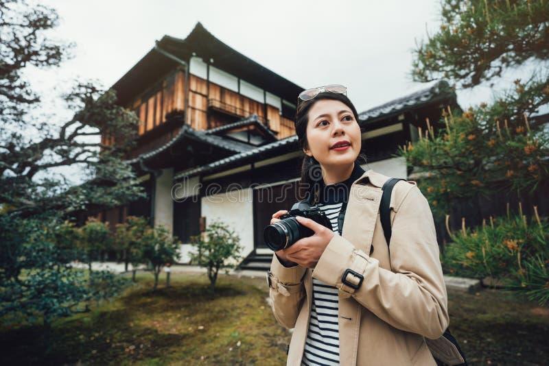 Podróż fotografa stojaka japońskiego stylu ogród obraz stock