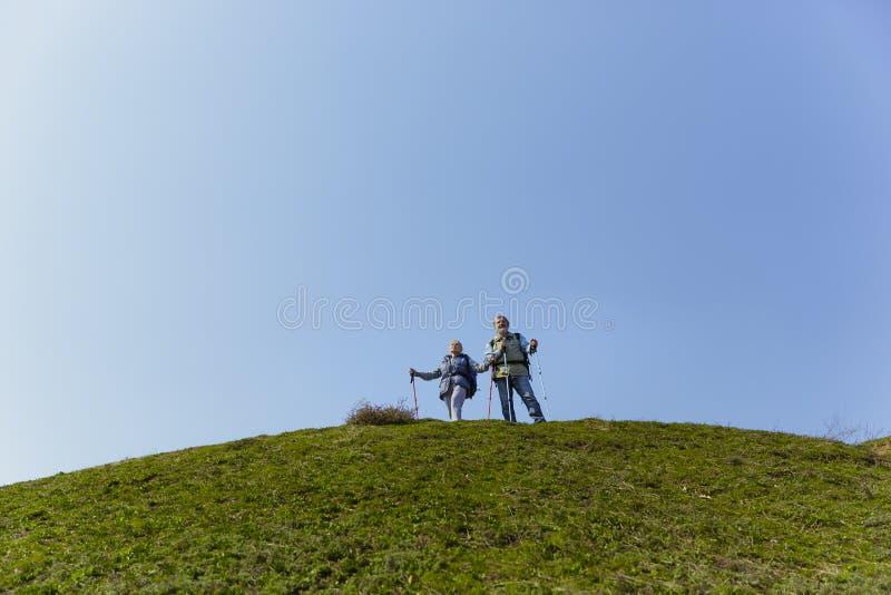 Podróż i turystyka Rodzinna para cieszy się spacer wpólnie zdjęcie stock