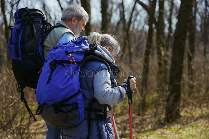 Podróż i turystyka Rodzinna para cieszy się spacer wpólnie obrazy royalty free