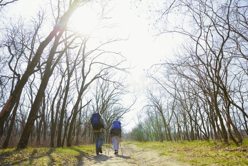 Podróż i turystyka Rodzinna para cieszy się spacer wpólnie zdjęcia royalty free