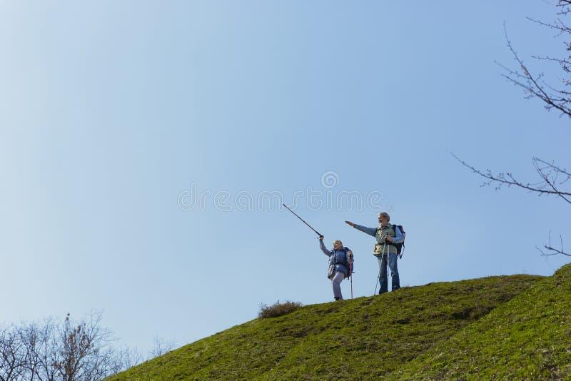 Podróż i turystyka Rodzinna para cieszy się spacer wpólnie zdjęcia stock