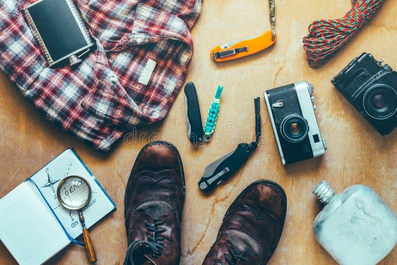 Podróż I Wycieczkować akcesoria Na Drewnianej powierzchni, Odgórny widok Podróży przygody odkrycia wakacje pojęcie obrazy stock