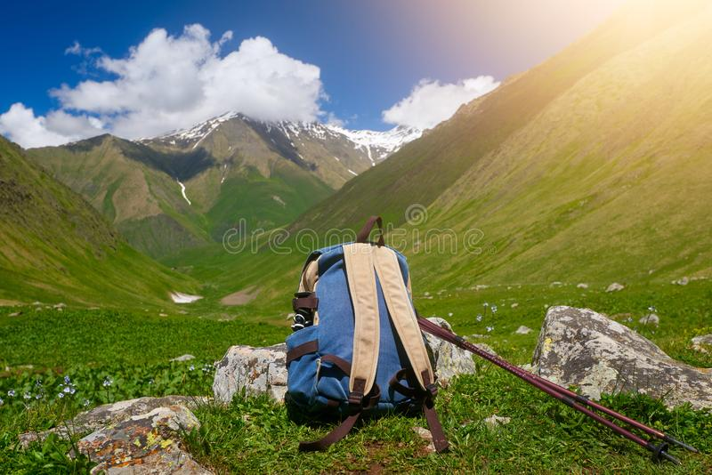 Podróż plecak i trekking kija zakończenie Widok przód obraz stock