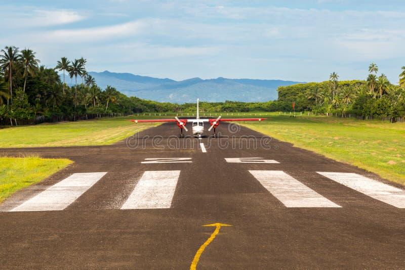 Podróż powietrzna w Fiji, Melanesia, Oceania Mały śmigłowy samolotowy właśnie lądujący daleki lądowisko Levuka miasteczko, Ovalau fotografia royalty free