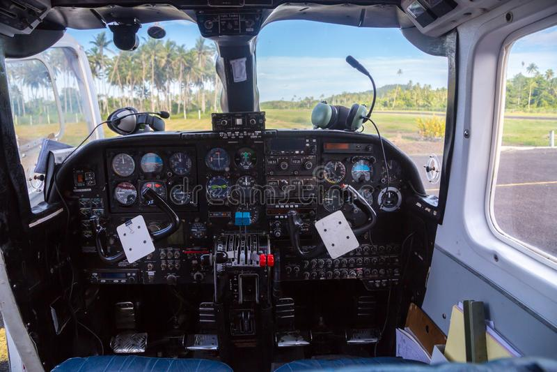 Podróż powietrzna w Fiji, Melanesia, Oceania Widok od lota pokładu kokpitu okno mały samolot daleki lądowisko obraz stock